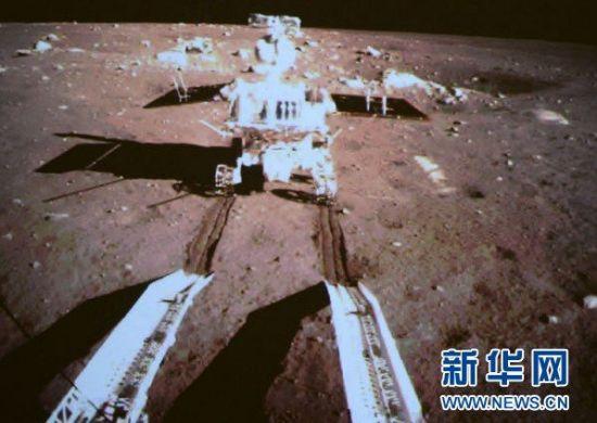 嫦娥三号玉兔号月球车到达月面
